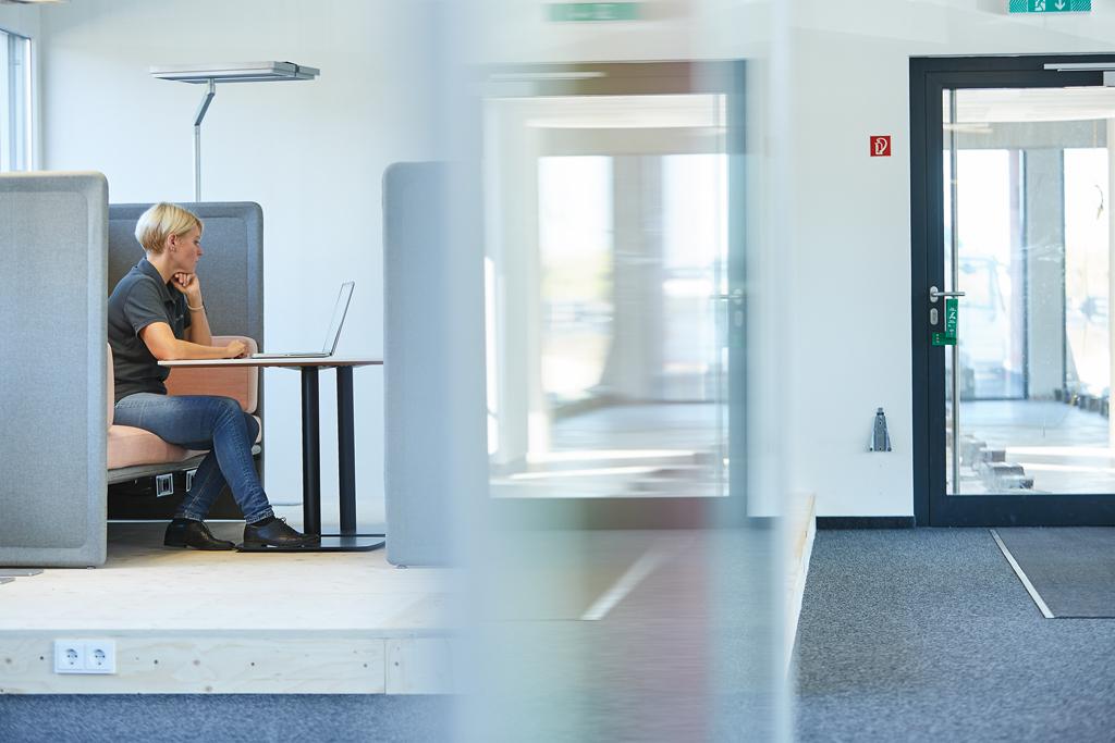 4SELLERS Mitarbeiterin arbeitet im Büro an einem Computer